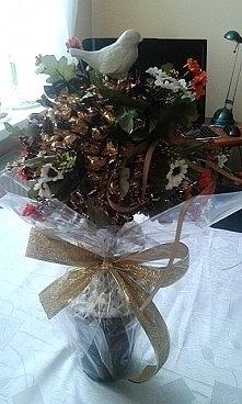 Drzewko z cukierkami i  gołąbkiem.