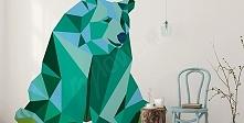 Kolorowy niedźwiedź w geometrycznej odsłonie: taka naklejka sprawdzi się nie tylko w pokoju dziecka.