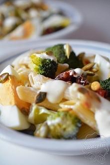 Sałatka makaronowa z brokułami, suszonymi pomidorami i jajkiem Sałatka makaronowa z brokułami, suszonymi pomidorami i jajkiem oraz dodatkiem pestek dyni to pożywna propozycja lu...