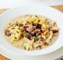 Pyszna zupa grzybowa  Ta zupa grzybowa momentalnie znika z talerza. Smak, któremu nie sposób się oprzeć! – Ania Starmach  1 kg grzybów leśnych 2 l bulionu warzywnego 200 ml śmie...