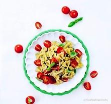 Makaron z pesto  Błyskawiczny w przygotowaniu, a do tego ma obłędny zapach świeżego pesto! – Ania Starmach  300 g makaronu (np. kokardki, ale może być Twój ulubiony) 30 g orzesz...