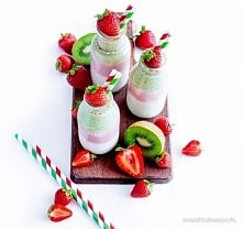 Trójkolorowy koktajl  Naturalny i obłędnie owocowy, pyszny trójkolorowy koktajl! – Ania Starmach  500 ml jogurtu naturalnego 200 g truskawek 3 banany 3 kiwi Jak przygotować?  Ba...