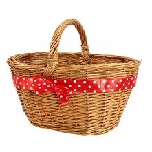 """Wiklinowy koszyk """"Sadzeniak"""" zdobiony czerwoną wstążką w grochy"""