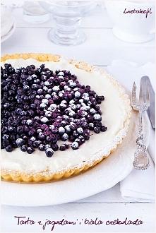 Tarta z jagodami i białą czekoladą