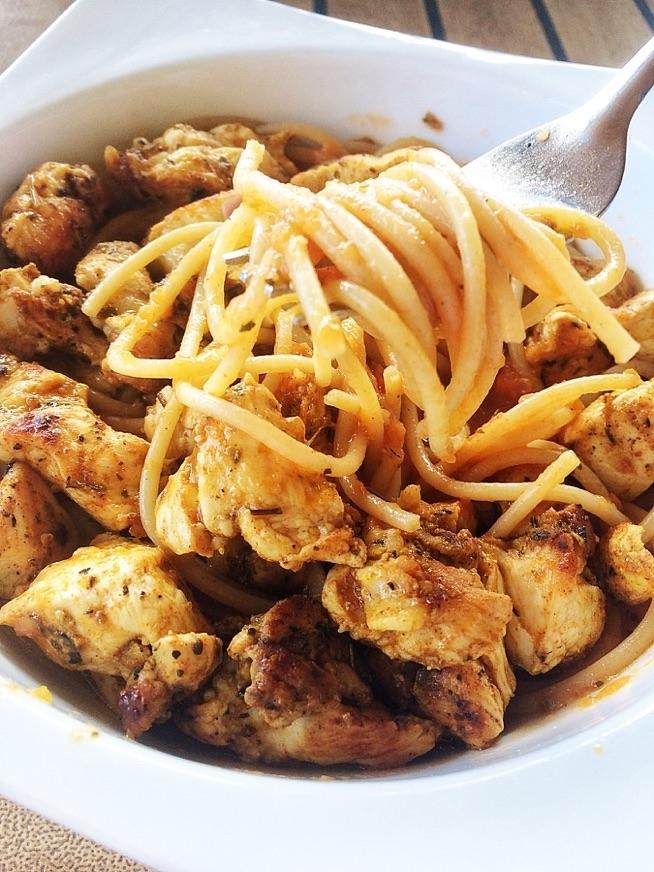 spaghetti z sosem z (oliwa z oliwek, czosnek,pomidor,oregano,sol i pieprz) do tego pierś z kurczaka :) tak mi się dziś chce ćwiczyć jak wilkowi orać :) ale i tak w planach trampolina - klasycznie godzina :)