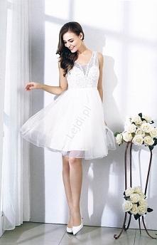 Biała sukienka wieczorowa. ...