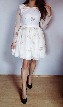 Sukienka którą tym razem uszyłam jest z tiulu w kwiaty, dół natomiast dzięki ...