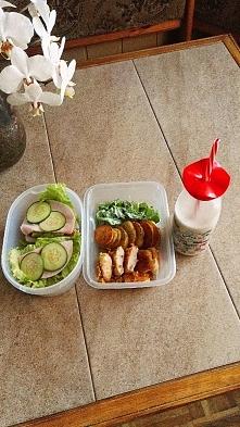 śniadanie - kanapki, obiad - pieczone ziemniaczki, pierś z kurczaka obtoczona...