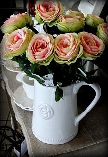 Piękny biały dzbanek z letnimi kwiatami do salonu , kuchni oraz na zewnątrz n...