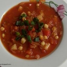 Gulasz warzywny: składniki: seler, por, 2 marchewki,cebula, puszka ciecierzycy, puszka pomidorów, papryka, pietruszka, szczypiorek, sól i pieprz przygotowanie: 1.Selera, pietrus...