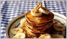 Pancakes z bananami, orzechami i syropem klonowym