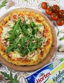 Pizza na spodzie z kalafiora (różyczki Hortex)   Składniki:  Ciasto:  2 opakowania kalafiora (różyczki) Hortex 2 jajka 10 dag żółtej mozzarelli (na tarce o drobnych oczkach) szc...