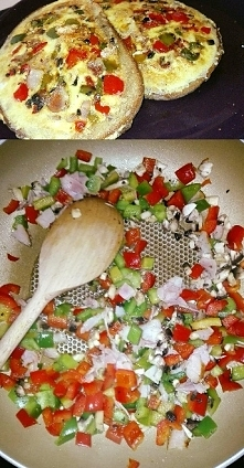 Omlet w foremce chlebowej, z warzywami, boczkiem i żółtym serem. Świetny pomy...