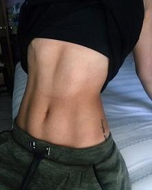 Hej! Otóż, ostatnio miałam ciężki okres i zaniedbałam ćwiczenia. Chciałabym się podnieść i zacząć znowu ćwiczyć, więc czy polecacie jakieś ćwiczenia na taki brzuch?