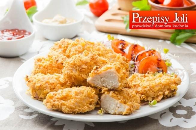 PIECZONE NUGGETSY Z KURCZAKA Składniki: 1 podwójny filet z kurczaka 1 jajko 1 łyżka płynnego miodu 1 łyżeczka ostrej musztardy 2 szklanki płatków kukurydzianych ½ łyżeczki pieprzu czarnego mielonego Wykonanie: Mięso umyć, wysuszyć i pokroić w niewielkie, podłużne kawałki. Płatki kukurydziane włożyć do woreczka i pokruszyć przy użyciu wałka do ciasta. Jajko rozkłócić w miseczce, dodać miód, musztardę i wymieszać. W drugiej misce wymieszać pokruszone płatki kukurydziane z pieprzem. Kawałki kurczaka maczać w jajku z miodem i musztardą, a następnie obtaczać w płatkach kukurydzianych i układać na blasze wyłożonej papierem do pieczenia. Nuggetsy piec przez około 20 minut w temp. 180 stopni.