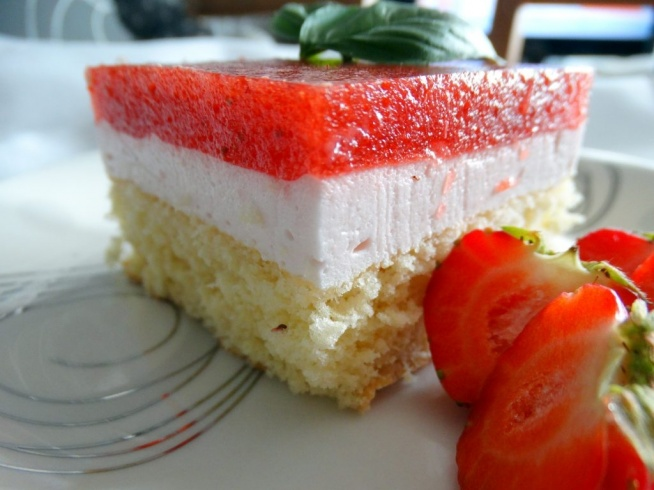 Ciasto z pianką i musem truskawkowym :)