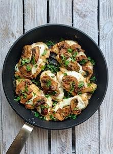 Kurczak panierowany w cieciorce, zapiekany z mozarellą i pieczarkami <3