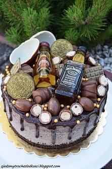 Tort z mini Whisky i kinderkami. W środku frużelina truskawkowa i krem Oreo.