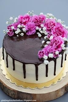 Tort z czarną porzeczką i chałwą