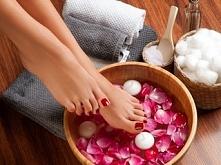 Kąpiel różana robi cuda na naszych stopach, a te latem powinny być piękne i z...