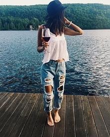 Jeansy z dziurami i biały top – stylizacja - LINK W KOM!