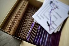 paczka z zaproszeniami, kopertami i mapkami