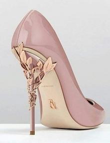 Buty z niezwykłym obcasem w kolorze różu