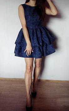 Uszyta sukienka posiada dwie falbany dzięki czemu jest bardziej rozłożysta :)...