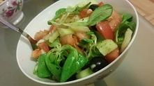 Sałatka ze świeżej rukoli, pomidora, ogórka i oliwek <3 Całość wymieszana ...