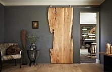 Rustykalne drzwi przesuwne z jednego kawałka drzewa.