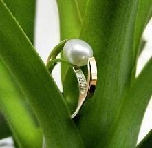 Pierścionek z naturalną perłą ze srebra i złota 129. Perły to naturalna ozdob...