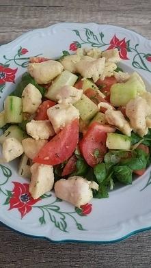 Szybki i lekki obiad - sałatka z roszponki, pomidora, ogórka i kurczaka :) Ku...