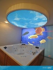 Niebo nad głową, a obok podmorskie głębiny - piękna łazienka, w której zastos...