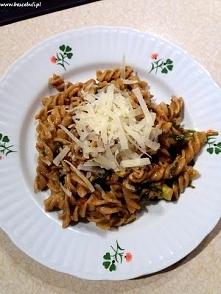 Przepis na makaron ze szpinakiem, suszonymi pomidorami, gorgonzolą i awokado,...