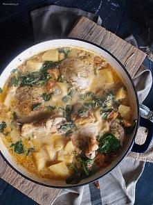 Kurczak duszony z młodymi ziemniaczkami, szpinakiem i pomidorami, w delikatnym sosie serowo-śmietanowym na pewno zachwyci całą rodzinę.