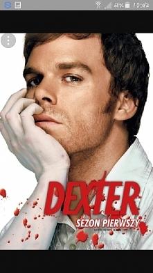 Dexter-Dexter prowadzi podwójne życie. Za dnia jest cenionym specjalistą ds. krwi w departamencie policji, a nocą zabija złoczyńców, którzy wymykają się organom sprawiedliwości.
