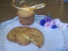 Ciasteczka ze słonymi orzeszkami i czekoladą !  Składniki: -4,5 łyżki masła -2/3 szklanki cukru trzcinowego (brązowego) -1/3 szklanki cukru białego -2 jaja -łyżeczka ekstraktu w...