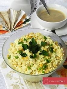 Błyskawiczna sałatka z selerem, kukurydzą, jajkami, szynką, żółtym serem oraz natką pietruszki