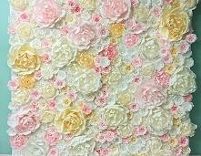 ściana dekoracyjna z papierowych kwiatów - dekoracja sali weselnej