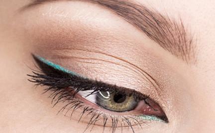 Makijaż z turkusowym eyelinerem. Cudny!