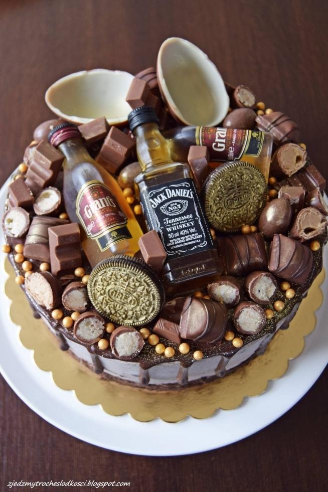 Torcik z ciasteczkami Oreo, kinderkami i mini buteleczkami Whisky