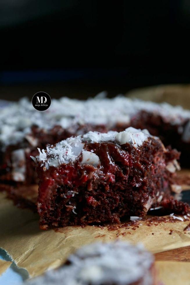 PROSTE I BEZ MIKSERA: Czekoladowe ciasto z kokosem i malinami oblane czekoladową polewą. Któż nie lubi połączenia czekolady z malinami? :)