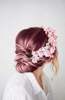 róże w różowych włosach
