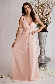 Pastelowo różowa sukienka z dekoltem w szpic pięknie podkreślającym biust. Na...