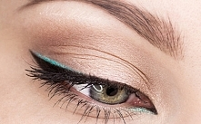 Makijaż z turkusowym eyelin...