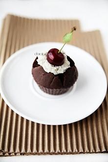 Kakaowe Składniki:  250g mąki  1 szkl cukru  3 łyżki kakao  1 łyżeczka proszku do pieczenia  1 szkl mleka lub wody  ½ szkl oleju roślinnego  2 jajka        Wykonanie:  Do jednej...