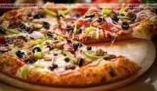 Pizza z bekonem, oliwkami i filetami anchois