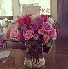 Bukiet róż i liścik (nie moje). A wy, dostajecie takie prezenty? ;)