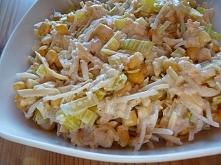 Sałatka królewska 1 słoik selera z ananasem 1 puszka kukurydzy 20 dag sera żółtego 2 jabłka por majonez z jogurtem naturalnym sól, pieprz Wykonanie; Selera z ananasem i kukurydz...