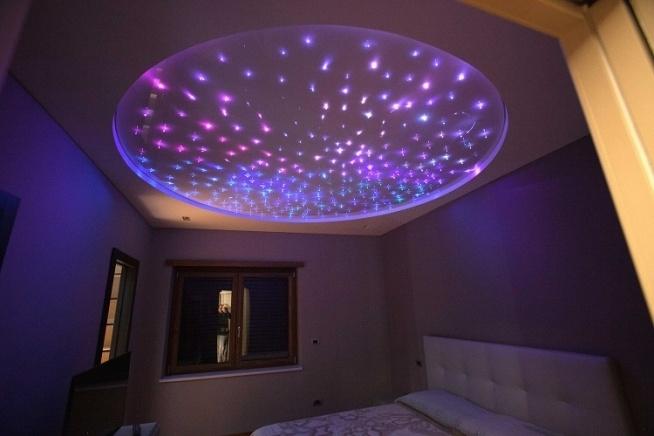 Oto jak wygląda połączenie sufitu  napinanego z transparentną powłoką oraz diod LED wieczorem.  Wyjątkowy klimat? Jest. Interesujące oświetlenie? Jest. Możliwość zmiany koloru? Jest! Napiszcie, jak Wam się podoba ten pomysł!